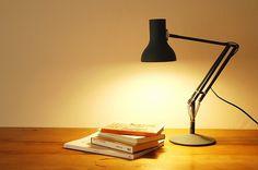 イギリスの名門照明器具ブランド『アングルポイズ』による照明器具『ANGLEPOISE/アングルポイズ/デスクランプ(スレートグレー)』の紹介をするページです。送料は無料。
