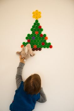 DIY Christmas tree from Ellas Kitchen baby food caps - greenclassy.me