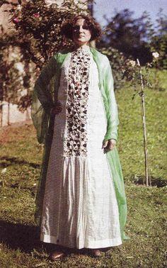 Emilie Flöge in einem Kleid mit einem Einsatz aus Rybany, Slowakei. Foto: Friedrich Walker 1913, Kat. S. 16