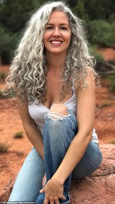 Woman feels sexier than EVER after deciding to embrace her silver hair Woman says she feels sexier than EVER after deciding to embrace her natural silver hair Black Hair Dye, Grey Curly Hair, Long Gray Hair, Grey Wig, Curly Hair Styles, Natural Hair Styles, Emo Hair, Green Hair, Purple Hair