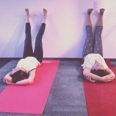 Taka sytuacja  #upsidedown #jogawpracy #joga #yoga #officeyoga #jogawbiurze #mordornadomaniewskiej #wpracy #wpracyzawszespoko #jogawarszawa #viparitakarani #ciężkopracujemy #jeeyoga
