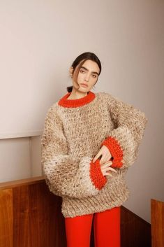 See all the Collection photos from Sabinna Autumn/Winter 2018 Ready-To-Wear now on British Vogue Knitwear Fashion, Knit Fashion, Pull Marron, Style Blanc, Handgestrickte Pullover, Chunky Knitwear, Knitting Designs, Knitting Tutorials, Knitting Patterns
