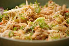 In een wok wordt alles snel en kort gegaard waardoor de vitamines behouden blijven. Deze Pad Thai is dus niet alleen snel klaar, maar ook gezond. Indian Food Recipes, Asian Recipes, Healthy Recipes, I Love Food, Good Food, Authentic Thai Food, Asian Kitchen, Happy Foods, Indonesian Food