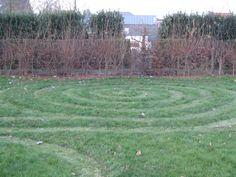 Keep it simpel and stupid (KISS): tijdelijk labyrint in de vorm van een huisjesslak. Heemtuin Hertog Karel Stepping Stones, Outdoor Decor, Stair Risers