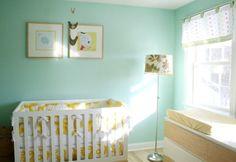 Decoração de quarto de bebê verde moderno e despojado
