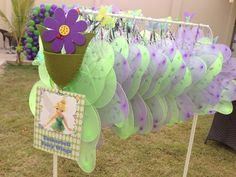 Fairy wings at a Tinkerbell Party Para as meninas brincarem na festa ou levarem como presentinho Butterfly Birthday Party, Fairy Birthday Party, 4th Birthday Parties, Girl Birthday, Birthday Ideas, Princess Birthday, Festa Thinker Bell, Pirate Fairy Party, Fairy Tea Parties