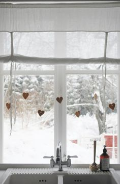 Hearts hanging at the kitchen window. Creation Deco, Through The Window, Windows, Winter Christmas, Christmas Hearts, Christmas Music, Christmas Deco, Winter Wonder, Scandinavian Christmas