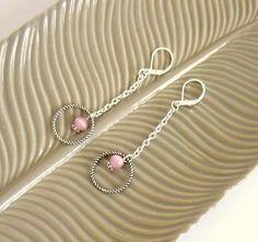 Boucles d'oreilles minimalistes pendantes argentées et rose pâle, cercle, oeil de chat : Boucles d'oreille par color-life-bijoux