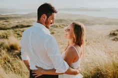 novios mirandose en el campo fotografo de bodas Alberto Llamazares