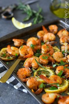 Crevettes au four (citron, romarin) … Shrimps in the oven (lemon, rosemary) Baked Shrimp Lemon, Roasted Shrimp, Shrimp In The Oven, How To Cook Shrimp, Food Porn, Cooking Recipes, Healthy Recipes, Warm Food, Salad Dressing Recipes