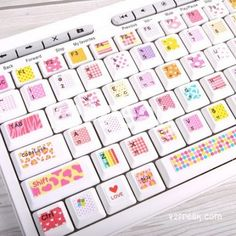 Importadas de Korea, os traemos estas originales pegatinas para teclado ¡tan kawaii! En 3 estilos diferentes, para que escojas el que más te guste. Una auténtica monería coreana para decorar tu portátil o teclado de sobremesa. Material: PVC. Impermeable. Medidas: 27 x 10 cm. Nota: Evidentemente no incluye Ñ :)