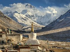 #Sagarmatha se ubica en la zona este de #Nepal, comprendiendo las áreas montañosas de la cordillera del #Himalaya, albergando espectaculares paisajes de glaciares, abisales valles, cumbres nevadas, espectaculares lagos e imponentes macizos montañosos dominados por el pico más alto del mundo, el monte #Everest.