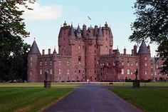 Glamis Castle. Spectacular place, this is where queen Elizabeth lived on her childhood! so beautiful!!!!