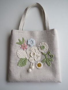 お花のモチーフ*リネンのミニバッグ(ホワイト)画像1 Embroidery Purse, Rustic Fabric, Jute Bags, Craft Bags, Patchwork Bags, Denim Bag, Fabric Bags, Crochet Purses, Crochet Accessories