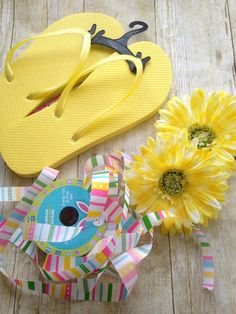 These DIY flower flip flops are fun, easy to make and cost next to nothing to make. They are fun for party gifts or just for yourself! Craft Stick Crafts, Crafts For Kids, Diy Crafts, Shoebox Crafts, Craft Ideas, Flip Flop Craft, Decorating Flip Flops, Flip Flop Wreaths, Team Gifts
