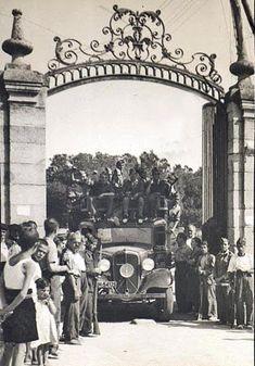 milicianos pasando por la Puerta del Angel de la Casa de Campo