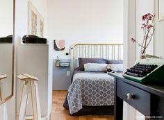 35-decoracao-quarto-pequeno-cama-parede-cinza-dourado