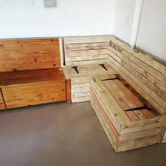 An easy way to make a contemporary and stylish pallet sofa Pallet Sofa, How To Plan, How To Make, Tiny House, Sofas, Contemporary, Pillows, Cool Stuff, Stylish