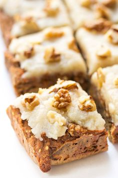 Vegan Carrot Cake Breakfast Bars--with quinoa and hemp hearts for added protein--nice dessert idea for a brunch : ) Easter Recipes, Brunch Recipes, Breakfast Recipes, Dessert Recipes, Recipes Dinner, Spring Recipes, Dinner Ideas, Quinoa Breakfast Bars, Quinoa Bars