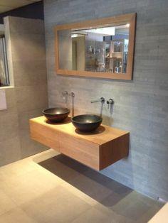 (Welbie Sanitair) Mooi echt eikenhouten badkamer meubel met 2 laden 140cm. Met daarop 2 natuurstenen waskommen. Deze wastafels zijn van basalt. De inbouwkranen zijn van Hotbath. Sfeervol, goede kwaliteit, functioneel, maar vooral heel mooi ! Kijk ook op www.welbie.nl