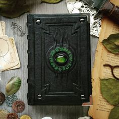 Le Grimoire du Seigneur du Magma by MilleCuirs on DeviantArt Leather Book Covers, Leather Book Binding, Grimoire Book, Coin Books, Leather Bound Books, Witch Decor, Custom Book, Green Books, Magic Book