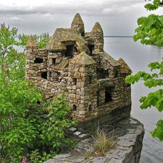 Stone Castles in South Hero, Vermont created by Harry Barber ove years. The South Hero stone castles are located on the west shore of Grand Isle. Lac Champlain, Lake Champlain Vermont, Le Vermont, Burlington Vermont, South Hero, Decoration Originale, Green Mountain, Mountain Man, Garden Structures