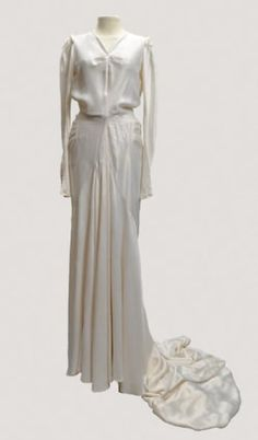 Wedding dress - House of Worth - 1935 1930s Fashion, Fashion 101, Fashion History, Vintage Fashion, Vintage Gowns, Vintage Outfits, Vintage Clothing, House Of Worth, Modern Vintage Weddings
