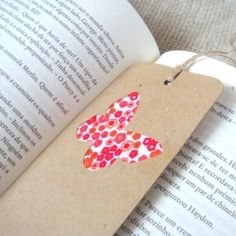 Make a simple and easy bookmark with fabric scraps. (in Portuguese & English)