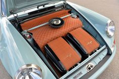 View detailed pictures that accompany our Porsche 911 Reimagined by Singer Monterey 2013 article with closeup photos of exterior and interior features. Porsche 911 Singer, Singer 911, Porsche Cars, Porsche 356, Vw Vintage, Vintage Porsche, Jet Packs, Car Interior Upholstery, Porche 911