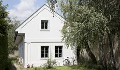 BI:ST - dům u jezera, Stefan Ehrenberger © Patricia Weisskirchner Style At Home, Weekend House, Home Fashion, Entrance, Architecture Design, Pergola, Garage Doors, Shed, Exterior