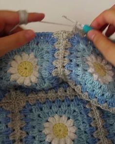 Köşeleri nasıl yaptığım çok soruldu. 2 videoyla göstermeye çalışcam. İlki bu… Granny Square Crochet Pattern, Crochet Squares, Crochet Granny, Crochet Blanket Patterns, Crochet Stitches, Freeform Crochet, Crochet Daisy, Crochet Flowers, Free Crochet