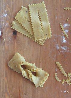 Traditionnellement préparée pour le ramadan, Chebakia est un incoutrournble des fêtes et autres grandes occasions qu'on retrouve dans tou... Cake Recipes, Snack Recipes, Dessert Recipes, Algerian Recipes, Bread Shaping, White Chocolate Cheesecake, Arabic Sweets, Ramadan Recipes, Cookie Desserts