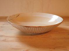 やや大きめの浅鉢です。大皿料理などの盛り付けにどうぞ。深さもあるので、汁気の多い料理でもお使い頂けます。 寸法(口径×高さ※cm)23.5&tim...|ハンドメイド、手作り、手仕事品の通販・販売・購入ならCreema。
