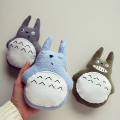 Totoros: Azul Durmiente, Gris Sorprendido y Verde Sonriente. Hechos con materiales respetuosos con el medio ambiente. LellecoShop. #totoro #peluche #handmade #softie