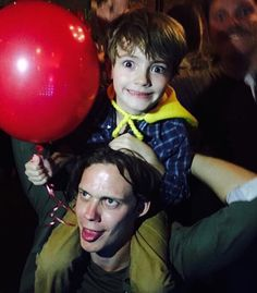 Bill doing the Pennywise face with Jackson Robert Scott (Georgie) Scary Movies, Horror Movies, Good Movies, It Movie 2017 Cast, Bill Skarsgard Pennywise, It Bill Skarsgard, It The Clown Movie, Roman Godfrey, Jackson