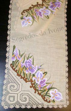 CM26- Pintura e crochet em caminho de mesa