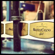 Etichettatura Brut. #franciacorta #gold #etichetta #label #italy #instaitalia #italia #lombardia  #macchinari #cantina