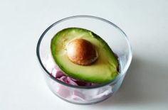 Nothing beats a delicious avocado.but sometimes you only want to eat half. Here, three simple techniques to keep your avocado fresh so you can enjoy it later. Chefs, Greek Rice Pudding, How To Cut Avocado, Salad Recipes, Healthy Recipes, Healthy Foods, Diet Foods, Clean Eating, Healthy Eating