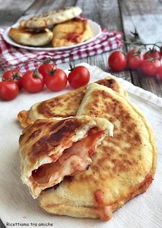 Pan-fried calzoni with tomato and mozzarella without leavening .- Pan-fried calzoni with tomato and mozzarella, delicious and tasty for a super fast dinner. Without leavening, quick and easy to prepare. Fast Dinners, Easy Meals, Popular Italian Food, Pizza Recipes, Cooking Recipes, Italian Food Restaurant, Good Food, Yummy Food, Tasty