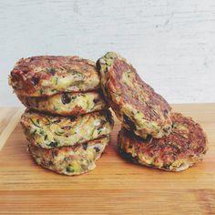 Ingredientes (para 6 nuggets): -1 zucchini mediano (o medio grande), rallado. -1/4 de cebolla morada (2 cucharadas aproximadamente), finamente picada. -4 u