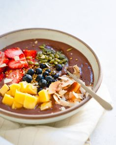 Love acai bowls but don't want to leave your house? This homemade acai bowl recipe is incredibly delicious and easy to make. Healthy Food Options, Healthy Eating Recipes, Whole Food Recipes, Healthy Life, Loaded Sweet Potato, Sweet Potato Chili, Vegan Recipes Beginner, Recipes For Beginners, Free Recipes