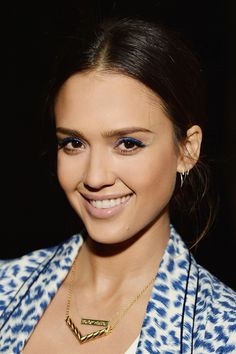 Jessica Alba lined lids with an electric blue. Get inspired by more celebrity beauty secrets here. (Best Beauty Tips) Jessica Alba, Colorful Eye Makeup, Blue Eye Makeup, Hair Makeup, Neutral Makeup, Chloe Grace, Toni Garrn, Teal Eyeliner, Beauty
