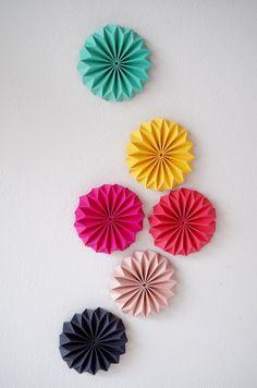 DIY - comment réaliser une décoration mural avec des cocardes en origami !