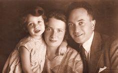 """EXCLUSIV Povestea copilei care a condus biblioteca secretă de la Auschwitz: """"După eliberare, mă simţeam pur şi simplu golită de orice emoţie"""" Anne Frank, Bergen, Orice, Couple Photos, Reading, Couples, Deporte, Couple Shots, Couple Photography"""
