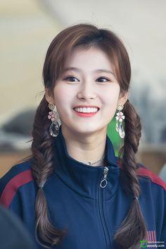 Reason Sana eonnie in pigtails is my thang. Kpop Girl Groups, Korean Girl Groups, Kpop Girls, Nayeon, Sana Cute, Sana Momo, Sana Minatozaki, Chaeyoung Twice, Twice Kpop