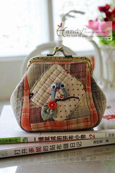 กระเป๋าปิ๊กแป๊กใส่เหรียญน้องนกฮูกตาโต Japanese Patchwork, Japanese Bag, Patchwork Bags, Quilted Bag, Cute Coin Purse, Small Coin Purse, Mini Purse, Diy Bags Purses, Coin Purses
