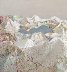 Chez l'artiste chinois Ji Zhou les cartes servent de matière première pour créer des paysages montagneux escarpés en jouant sur les textures et les couleurs du papier froissé pour les cartes. Dans le cas des livres c'est la verticalité de leur empilement qui crée des tours qui rappellent des gratte-ciels de grandes métropoles.