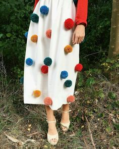 put pompons on your skift. Fashion Details, Diy Fashion, Ideias Fashion, Fashion Design, Crafts To Make And Sell, Crafts For Kids, Diy Crafts, Pom Pom Skirts, Pom Pom Dresses