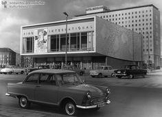 """Das """"Kino International"""" in der Karl-Marx-Allee mit dem Hotel Berolina dahinter, Ost-Berlin (1964)"""