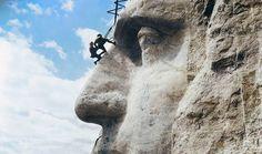 Národní památník Mount Rushmore v USA, květen 1932. Obrovské sochy poblíž města Keyston v Jižní Dakotě. Do žulového masivu byli v letech 1927 až 1941 vytesáni američtí prezidenti Washington, Jefferson, Roosevelt a Lincoln.